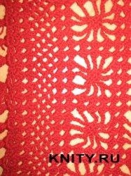 Красная шаль с цветочным узором и каймой