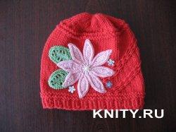 Весенний вариант вязаной шапочки для маленькой принцессы